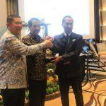 Penyerahan plakat oleh Ketua DPP ALFI / Chairman AFFA kepada ketua umum terpilih DPW ALFI/ILFA Jateng & DIY