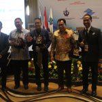 Penyerahan Plakat kepada narasumber Diskusi Panel oleh Ketua Umum DPW ALFI/ILFA Jateng & DIY