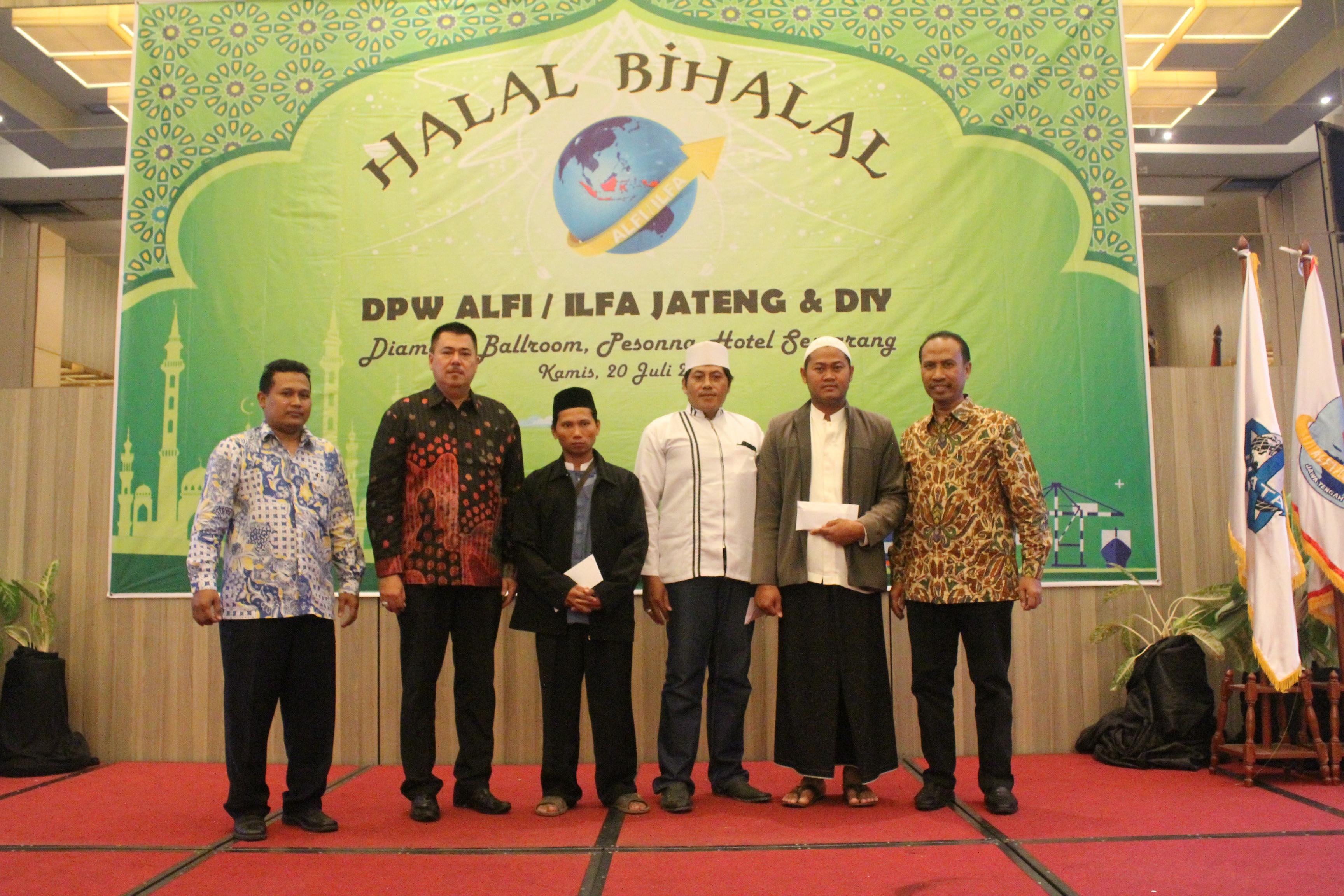 Penyerahan secara simbolik santunan kepada Yayasan Anak Yatim Piatu di Semarang